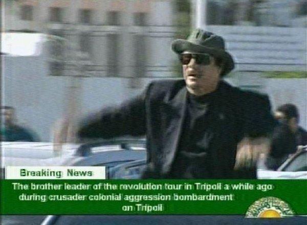 Une présentatrice du JT, proche de Kadhafi, menace ses téléspectateurs avec une arme (vidéo)