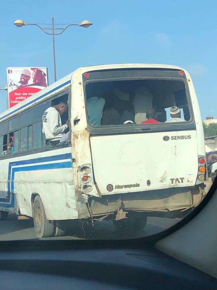 Incroyable : Un bus Tata ligne 49 sans pare-brise et sans vitres, regardez
