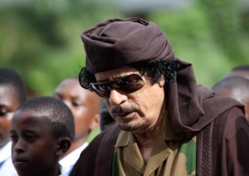 Mort de Kadhafi : Son corps est devant une mosquée à Misrata