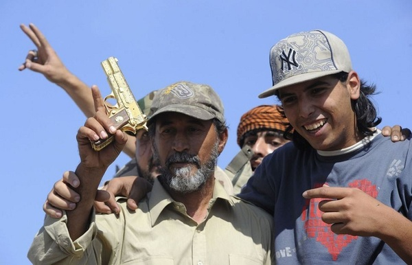 [Photo] Mort Khadafi: son pistolet d'or lors de sa capture