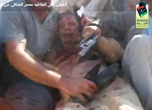 """""""Mes enfants, ne me tuez pas...!"""" les dernières heures de Kadhafi et ce que les vidéos ne montrent pas"""