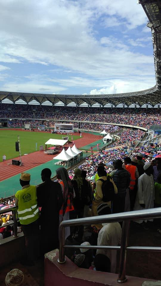 Après la Malaisie, Mouhammad Moujtaba Diallo remporte le concours de récital de Coran en Tanzanie, devant un stade rempli de monde