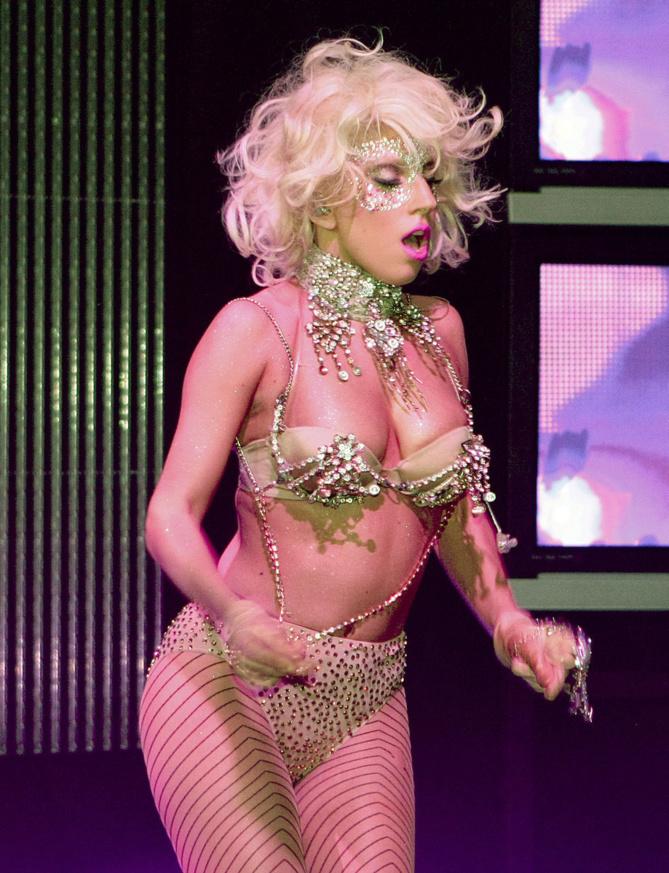 Le secret honteux de Lady Gaga: elle adore faire pipi dans les poubelles.