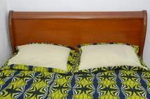 Deux filles de 11 et  12 ans surprises au lit avec leurs copains