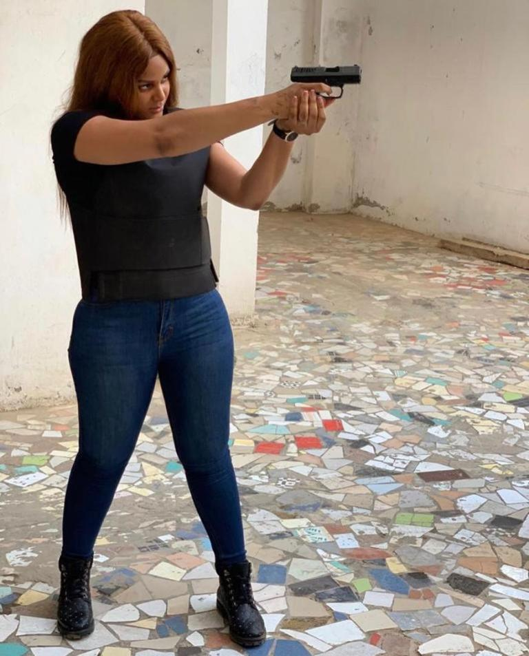 PHOTOS - Pistolet à la main, Juliana MONTEIRO de « Wiri Wiri » menace un homme encagoulé