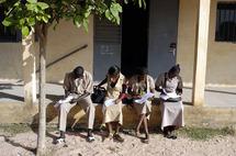 Lycée Djignabo Ziguinchor : Un élève verse de l'eau sur une professeure