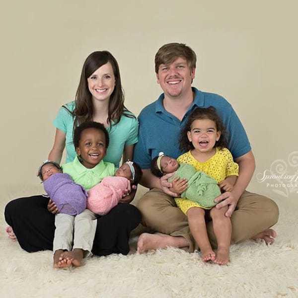 Une maman donne naissance à 3 bébés noirs, puis le papa regarde de plus près et éclate en sanglots
