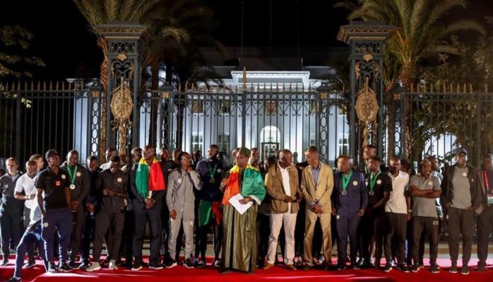 Macky Sall couvre les « Lions » de cadeaux : passeports diplomatiques, prime spéciale de 20 millions FCfa...