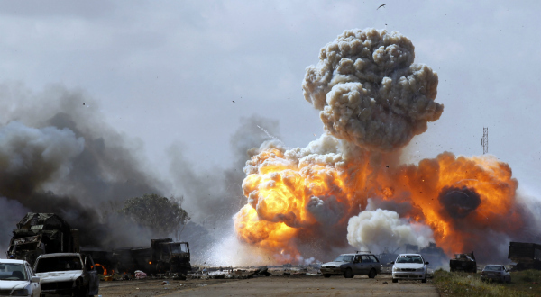 4. Explosion d'un convoi de véhicules appartenant à des forces loyales à Kadhafi après des frappes aériennes de la coalition de l'Otan sur la route de Benghazi le 20 mars, deux jours après le vote de la résolution de l'ONU autorisant l'intervention. REUTERS/Goran Tomasevic.
