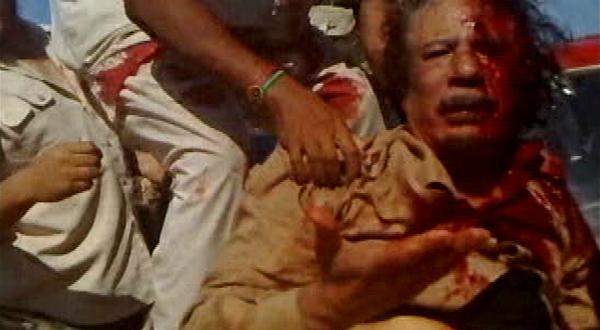 5. Un combattant du CNT, tire Mouammar Kadhafi blessé sur un véhicule à Syrte, quelques heures ou minutes avant la mort du dictateur, le 20 octobre. Images tirées d'une vidéo. REUTERS.
