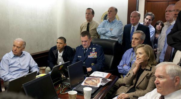 7. Le président des Etats-Unis Barack Obama, le vice-président Joe Biden, la secrétaire d'Etat, Hillary Clinton, le ministre de la Défense Robert Gates, ainsi que des membres de l'administration américaine chargés de la sécurité reçoivent les dernières informations sur la capture d'Oussama Ben Laden. REUTERS/White House/Pete Souza.