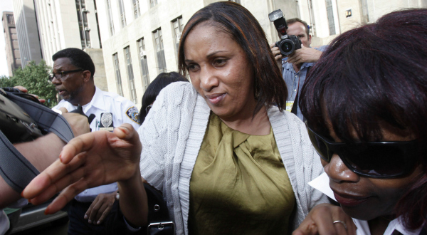 8. Nafissatou Diallo assaillie par les médias à la sortie de la Cour pénale de Manhattan, après une audience avec le procureur de New York, le 27 juillet. REUTERS/Shannon Stapleton.