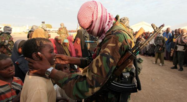 9. Des membres de la milice shebab distribue des vivres à des Somaliens frappés par la famine et réfugiés dans le camp de Ala Yaasir, à cinquante kilomètres de la capitale, Mogadiscio. Le 4 septembre, REUTERS/Feisal Omar.