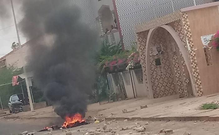 Fatick : Des manifestants brûlent des pneus devant le domicile du président Macky Sall