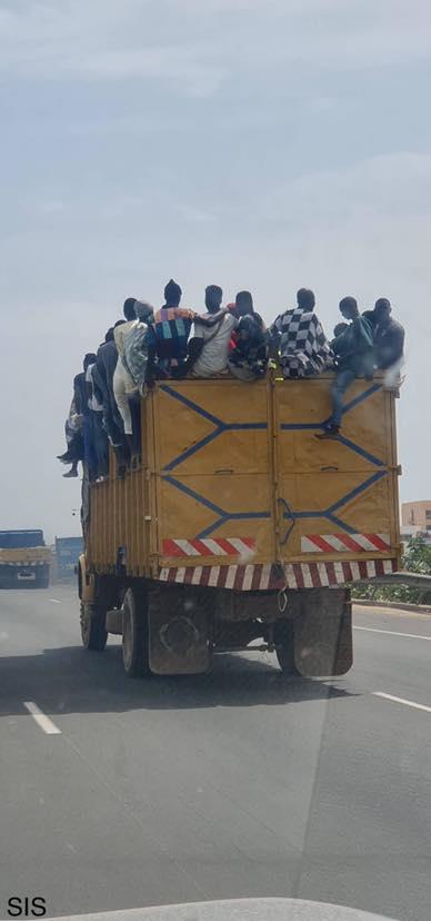 PHOTO - Un camion sans immatriculation et surchargé sur l'autoroute vers Colobane