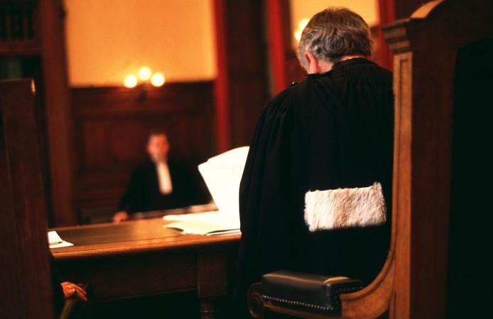 En plein tribunal: un juge critique le système judiciaire de son pays et se tire une balle dans la poitrine