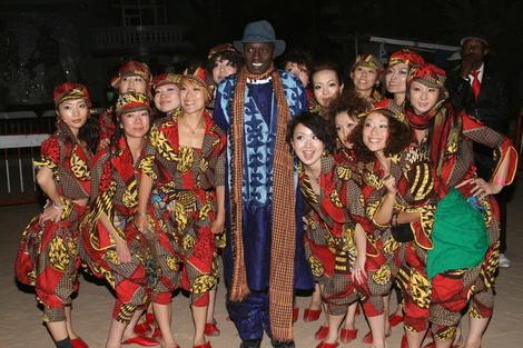La troupe japonaise du danseur Pape Moussa Sonko en compagnie de Cheikh Niane patron de Yeungoulene