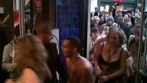 [VIDEO] Pour bénéficier des soldes, une boutique exige aux clients de se mettre nue