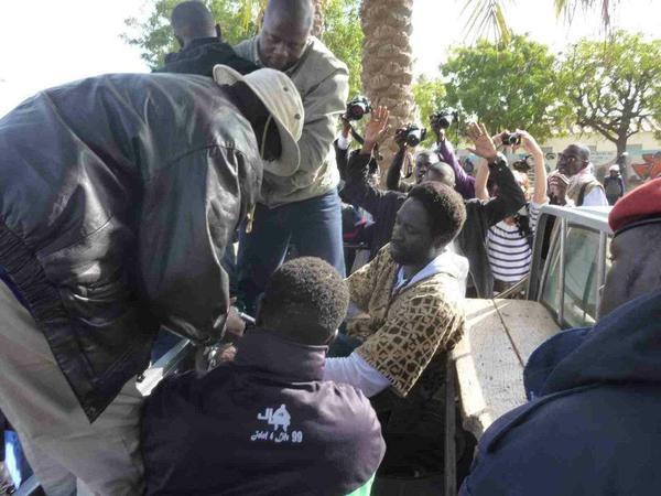 Simon, Kilifeu et les autres leaders de Y'en a marre arrêtés hier entendus à l'instant au Commissariat Central.