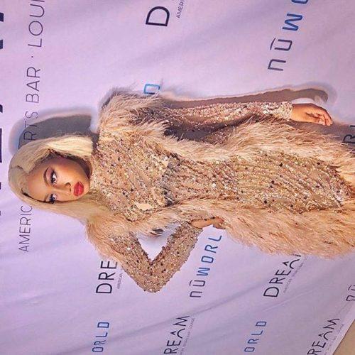 PHOTOS - La robe de la jeune chanteuse Astar qui illumine la toile