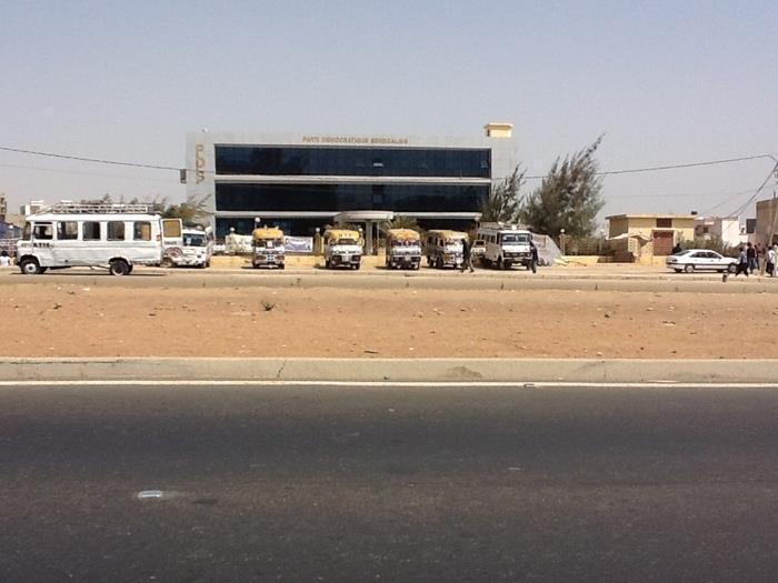 Les véhicules transportant les nervis devant le siège du Pds