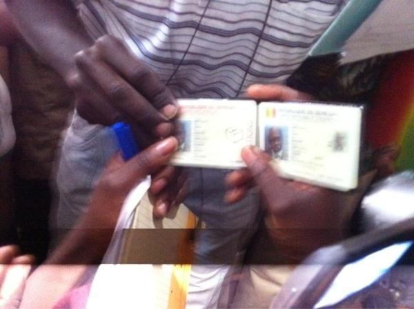 Hué, Wade oublie sa carte d'identité au bureau de vote