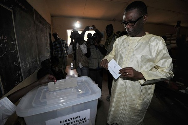 Youssou Ndour entrain d'accomplir son droit de vote