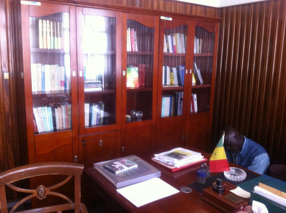 Contemplez le bureau de Tanor Dieng
