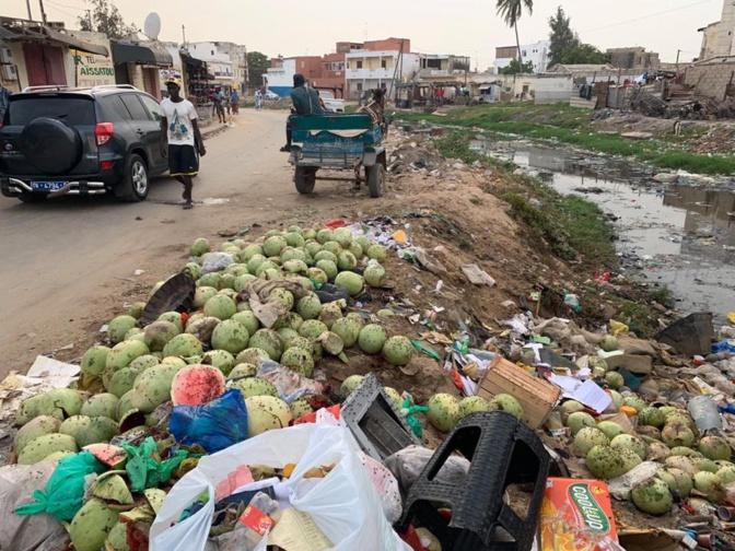 Rufisque: Les marchands de pastèques déversent leurs invendus dans le canal.