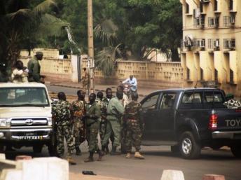 Mali: les mutins annoncent la suspension des institutions