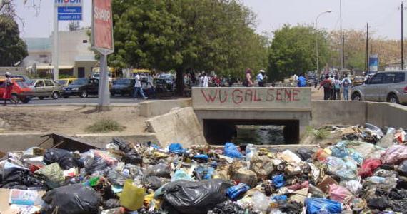 [Video] Une femme jétte son bèbè dans un canal à Ngor