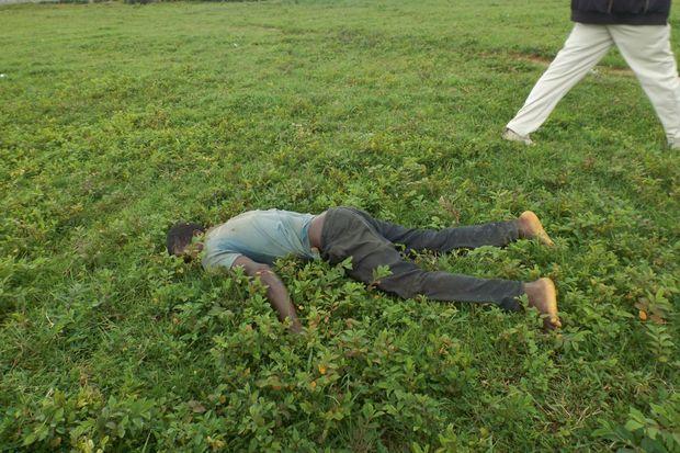 Après l'attaque du village de Nghar (Etat du Plateau), le corps d'un homme est retrouvé à l'écart d'un charnier qui compte 86 morts.