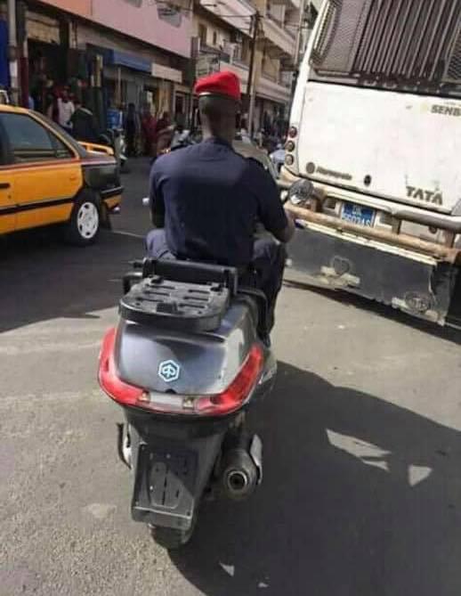 Photos: Un policier conduit un scooter sans immatriculation ni casque