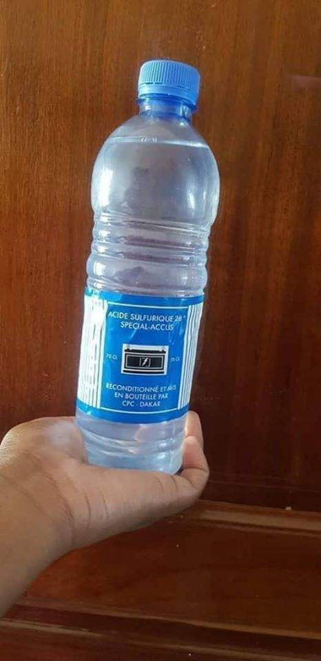 Photo: La bouteille d'acide identique aux bouteilles d'eaux minérales