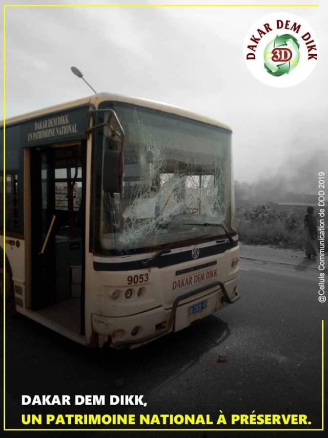 Photo: Un de leurs bus caillassé, Dakar Dem Dik dénonce
