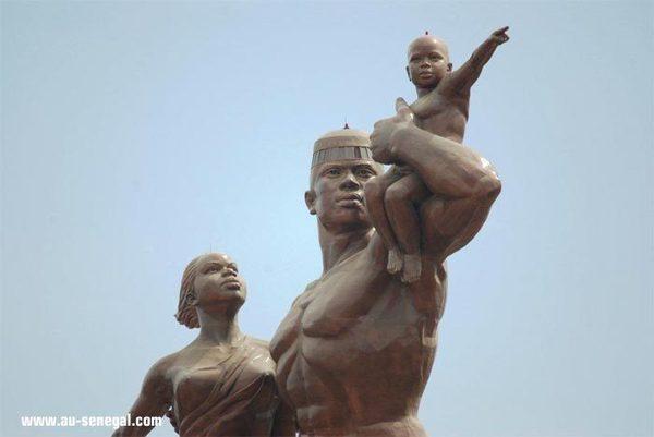 Monument de la « Renaissance », pourquoi interdit-on au public, d'emprunter la voie publique qui passe devant?