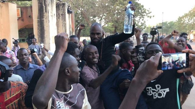 Burkina: Libéré, Kémi Séba crache du feu sur Macron et ses «serviteurs Africains »
