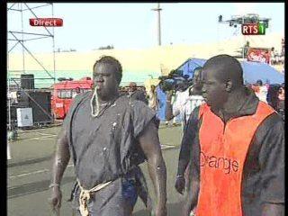 Yékini  vient d'arriver au stade Demba Diop