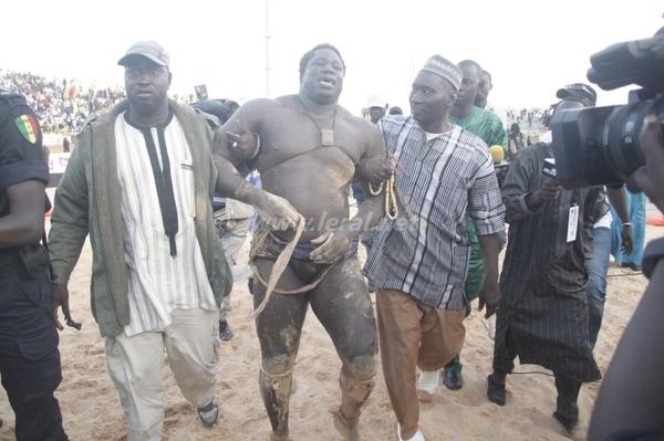 Après sa chute, Yékini quitte Demba Diop dans une ambiance funèbre