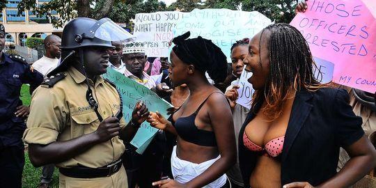 Ouganda : une manifestation en soutien-gorge contre des agressions sexuelles