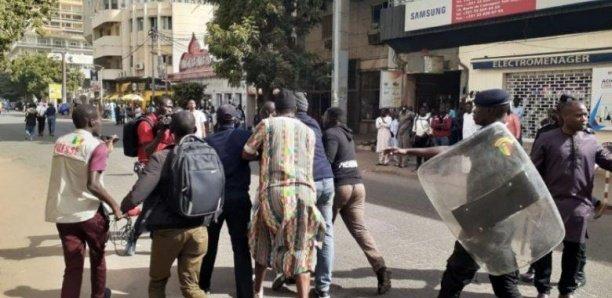 Manifestation devant le Camp pénal: Les 9 jeunes libérés
