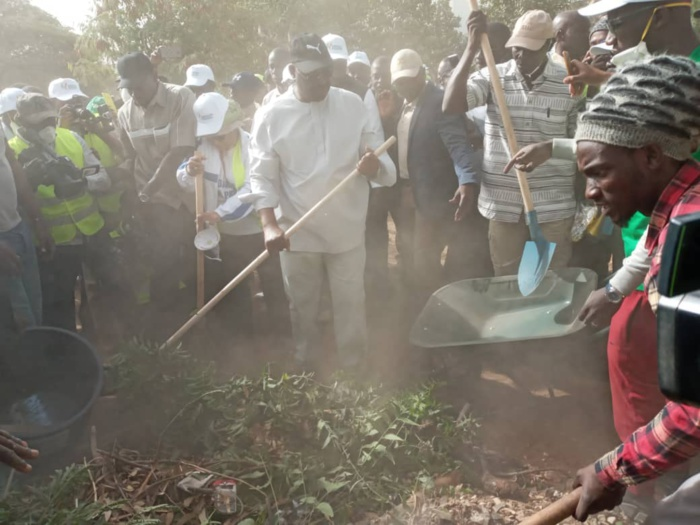 IMAGES-Cleaning day : Macky Sall donne l'exemple en participant au