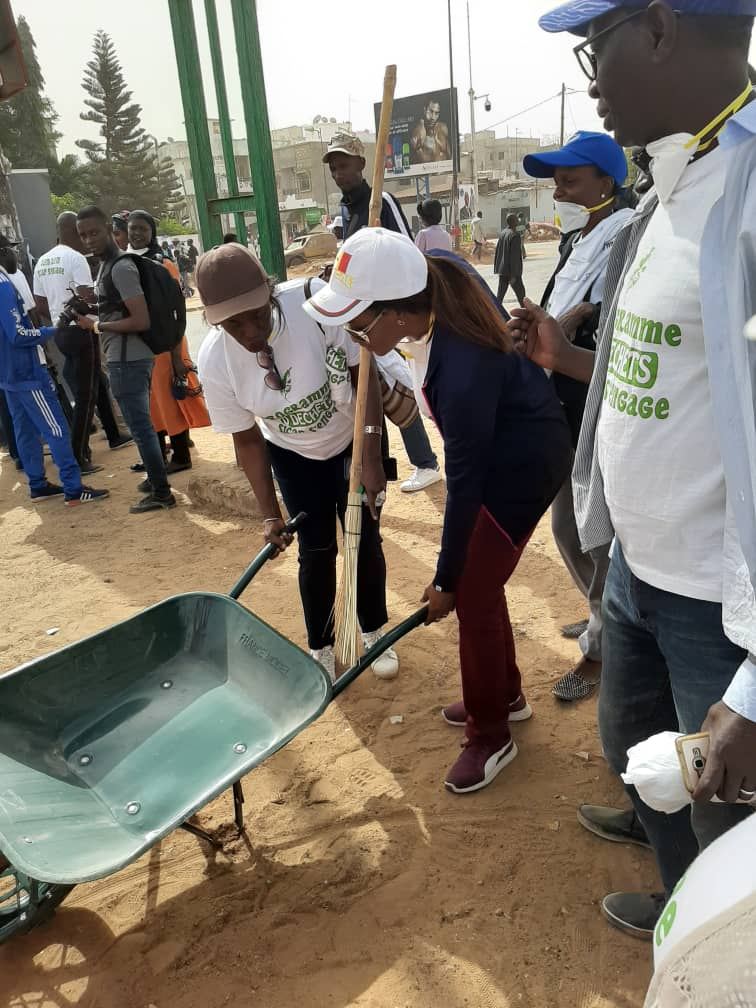 """""""Cleaning Day"""": Zahra Iyane THIAM, Ministre de la Microfinance et de l'économie Social Solidaire en pleine séance de nettoyage (PHOTOS)"""