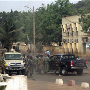 Mali: tirs nourris à Bamako entre ex-junte et garde présidentielle