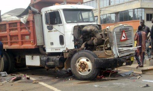 accident d 39 un camion gros porteur charg. Black Bedroom Furniture Sets. Home Design Ideas