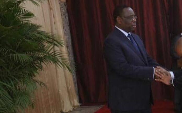 (PHOTOS): La révérence exagérée d'Oumar Sow, Ministre-Conseiller, envers Macky Sall, secoue la toile