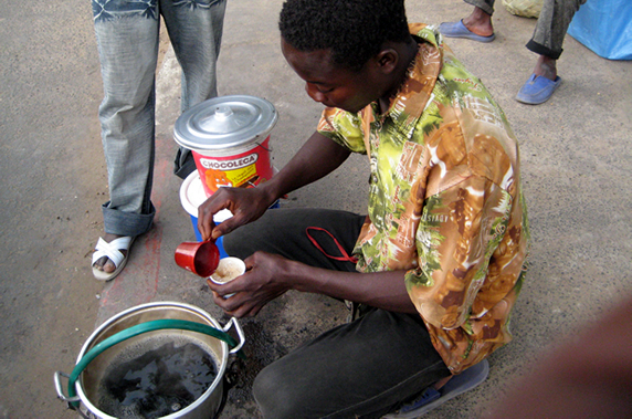Pour survivre: Un Enseignant devient un vendeur de café Touba