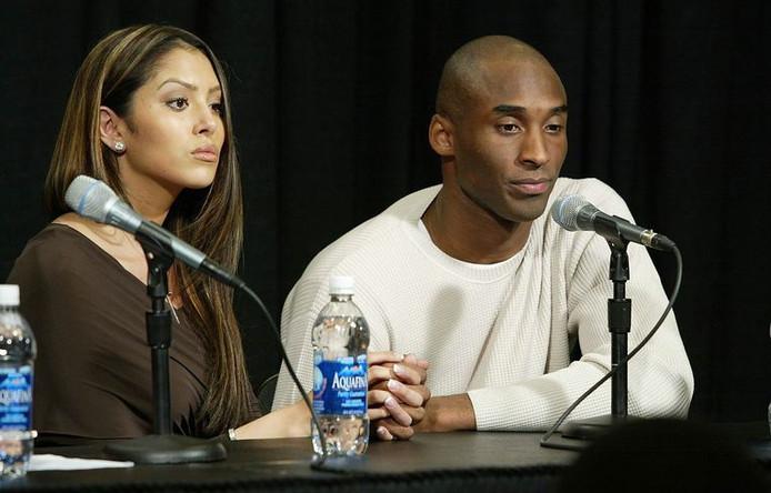 Vanessa et Kobe lors de la conférence de presse durant laquelle il a reconnu l'adultère