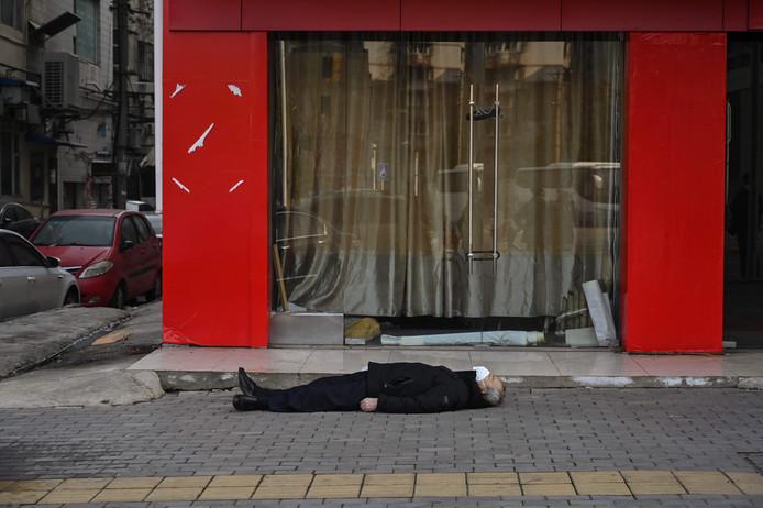 Un homme mort sur un trottoir: l'image choc devient le symbole de l'épidémie de coronavirus