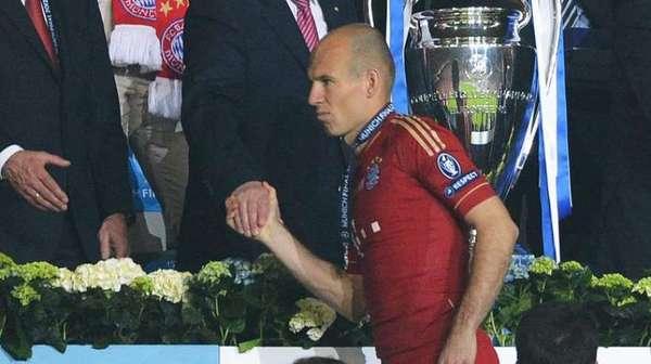 Les joueurs néerlandais volent au secours d'Arjen Robben !